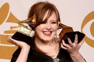 Adele con sus Grammy's